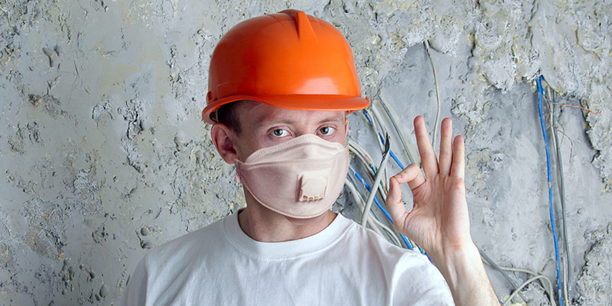 Man in protective mask and helmet on stucco wall background Schlagwort(e): builder, worker, architect, business, electric, mask, medical, covid-19, quarantine, protective, safety, epidemic, flu, global, pandemic, covid, 19, coronavirus, prohibition, respirator, n95, n99, ffp3, allergy, toxic, pollution, environmental, protection, cable, electrician, equipment, wire, repairman, home, house, industrial, man, occupation, professional, service, craftsman, workman, construction, craft, engineer, helmet, industry, plumber, red, technical